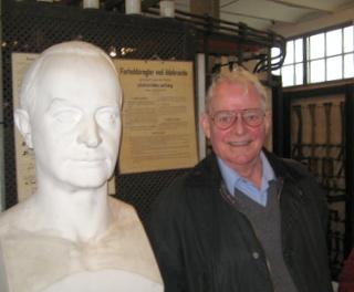 Hans M. Barfoed (i2753) med buste af Thomas B. Thrige